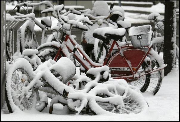 neve cobre bicicletas na onda de frio que sopra na Europa