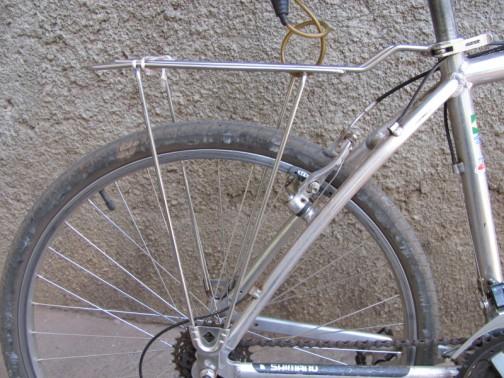 bagageiro de metal na bicicleta