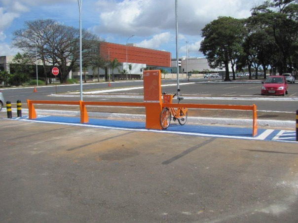 bicicleta pública Brasília - Praça do Buriti; ao fundo Câmara Legislativa