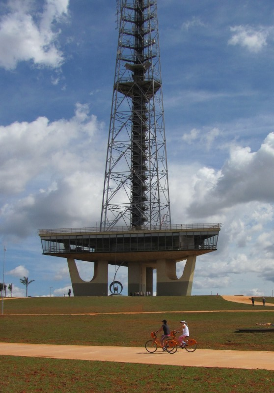 Bicicletas Itaú e Torre de TV em Brasília