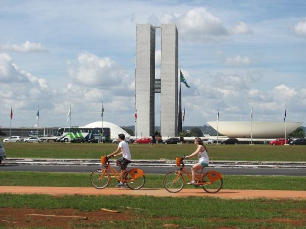 bicicletas públicas passam em frente ao Congresso Nacional
