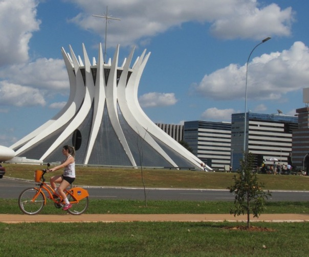Bicicleta pública passa em frente à Catedral - Brasília - DF